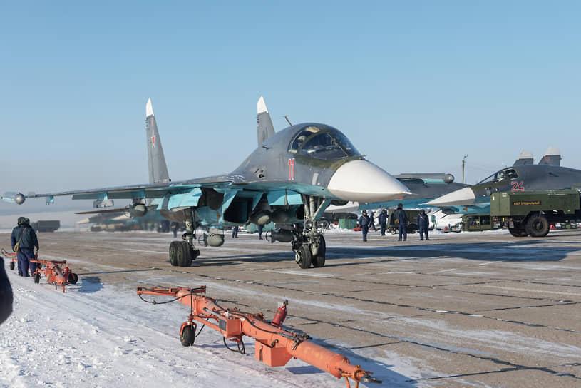 Эскадрилья фронтовых бомбардировщиков Су-34 готовится к вылетам в рамках летно-тактических учений авиации Западного военного округа