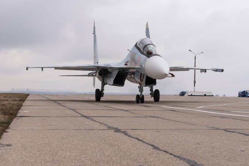 Истребитель Су-30СМ на военном аэродроме