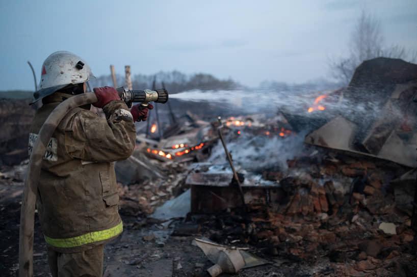 На пожарах в Масловке и Мечетке работали 84 спасателя и 27 единиц техники. На фото — пожары в Бобровском районе Воронежской области, село Мечетка, 13 апреля