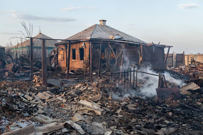 Всего 13 апреля в Воронежской области зафиксировано около 140 вызовов пожарных подразделений. На фото — пожары в Бобровском районе Воронежской области, село Мечетка, 13 апреля