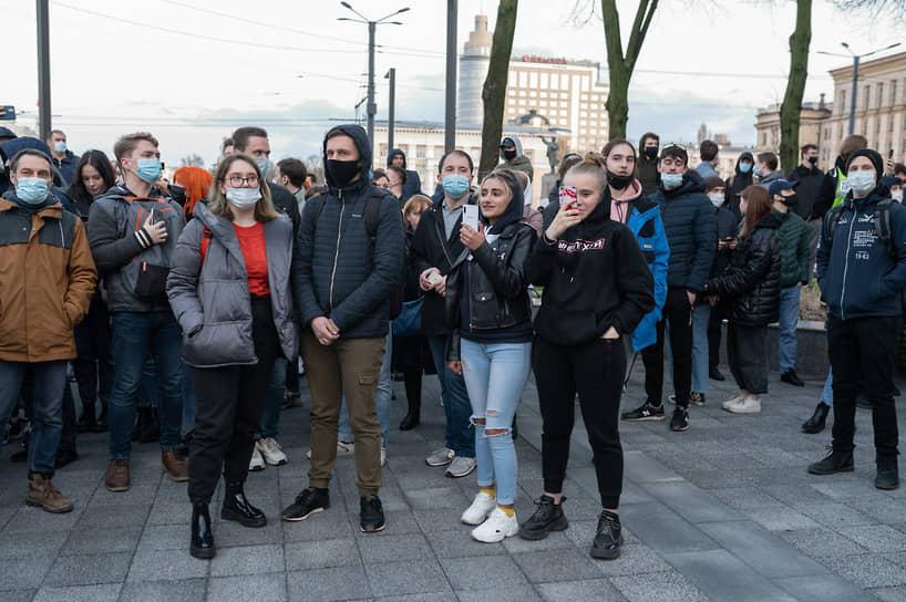 Когда толпа ответила полицейским новыми лозунгами, начались задержания.