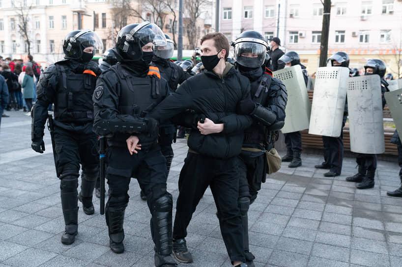 """Бойцы Росгваридии, по наблюдению корреспондентов """"Ъ-Черноземье"""", задерживали в основном тех, кто скандировал лозунги."""