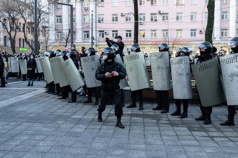 Даже после того, как в сквере никого не осталось, правоохранители продолжали сохранять оцепление