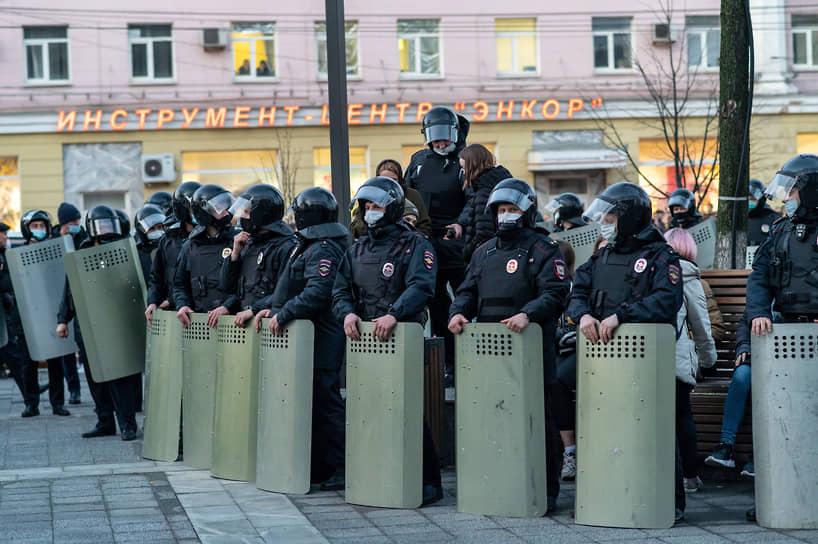 Задержанных вели не только из самого сквера, но и с противоположной стороны улицы Плехановская.