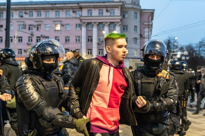 Несогласованная акция в поддержку политика Алексея Навального в центре Воронежа началась чуть позже 19.00.