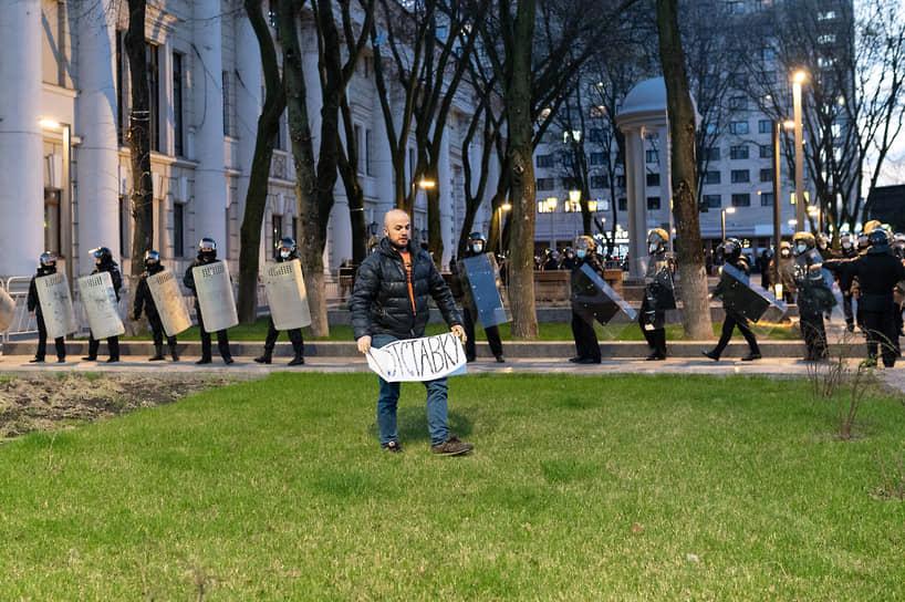 Примерно 40 человек дошли до пересечения Плехановской с Кольцовской, скандируя лозунги и размахивая фонариками смартфонов.