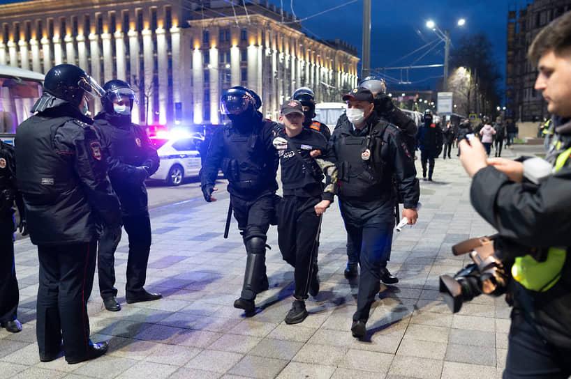 """По данным """"ОВД-инфо"""" на утро 22 апреля, в Воронеже в ходе несогласованной акции в поддержку Алексея Навального было задержано 53 человека."""