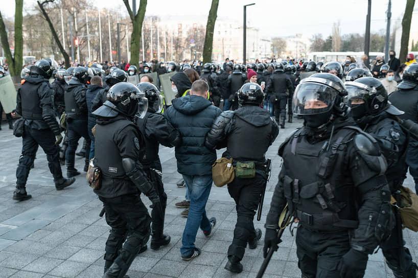 Сотрудники правоохранительных органов продолжили задержания среди тех, кто находился на окраине территории сквера