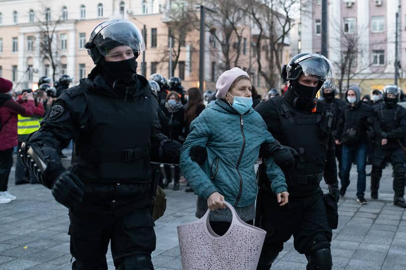 Нескольким десяткам участников несогласованной акции удалось выйти за оцепление. Они устроили небольшое шествие по улице Плехановской.