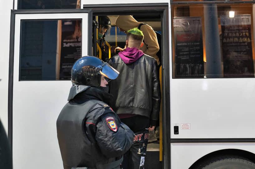 Участники шествия сделали несколько коротких остановок —у кондитерской на пересечении Плехановской с Кольцовской и на перекрестке Плехановской и Фридриха Энгельса.