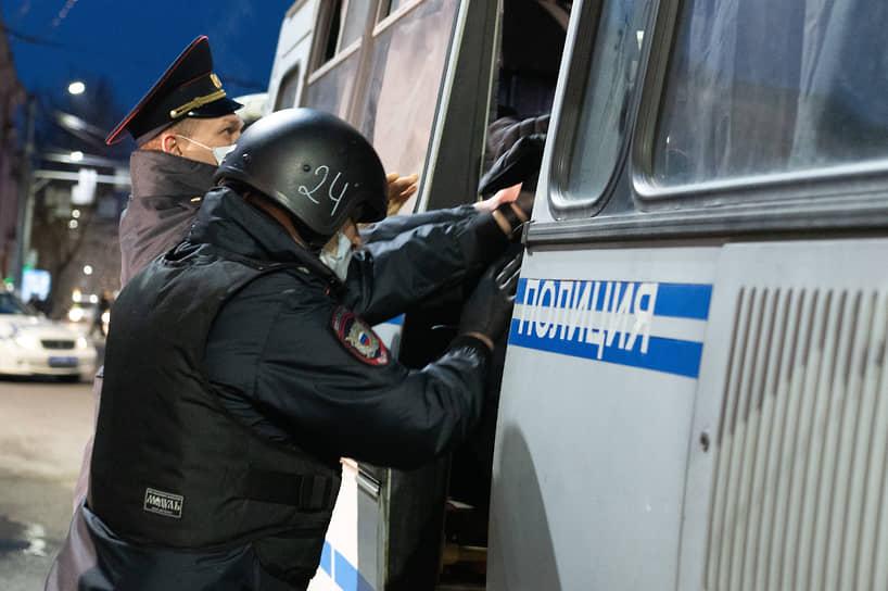 Оцепление у Пушкинского сквера сохранялось примерно до 21.00. К автобусам время от времени доставляли новых задержанных.