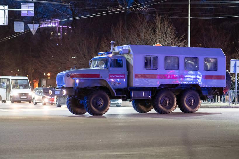 После 21.00 транспорт силовиков стал постепенно покидать площадь Ленина.
