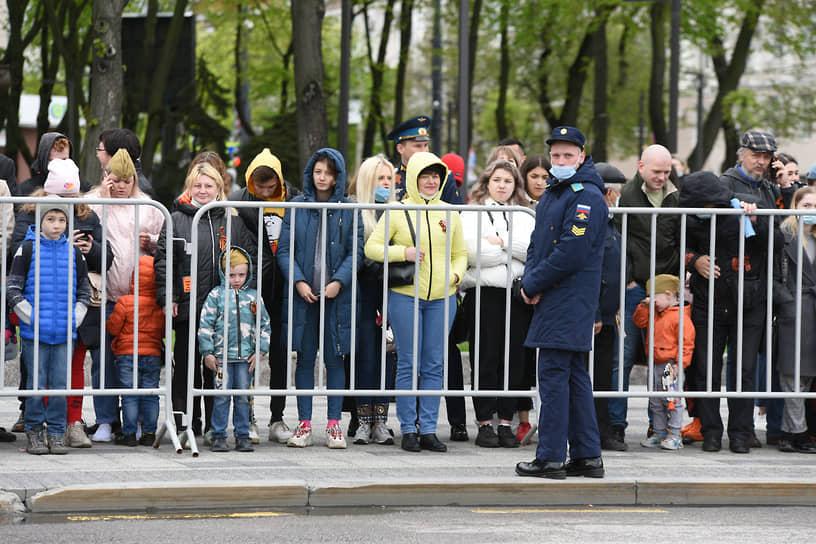 Воронежцы наблюдают за парадом Победы на площади Ленина