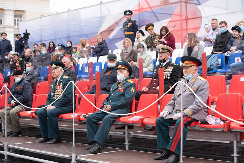 Трибуна со зрителями в центре площади Ленина