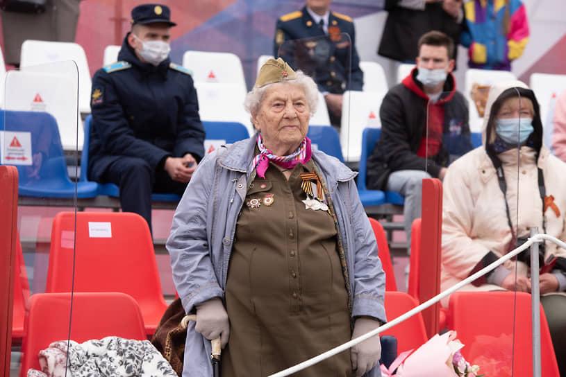 Зрители на трибуне в центре площади Ленина