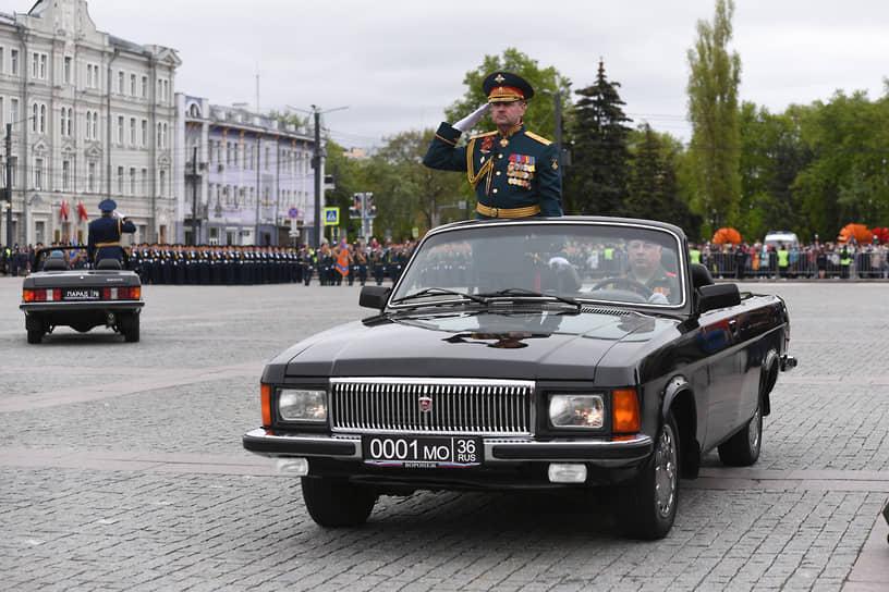 Принимал парад командующий 20-й гвардейской общевойсковой армией генерал-лейтенант Андрей Иванаев