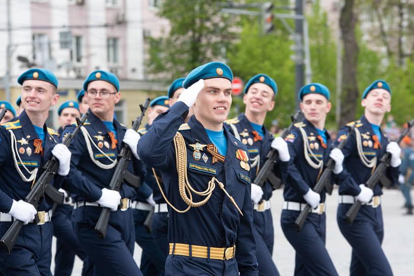 Курсанты Военно-воздушной академии имени Жуковского и Гагарина на параде Победы в Воронеже