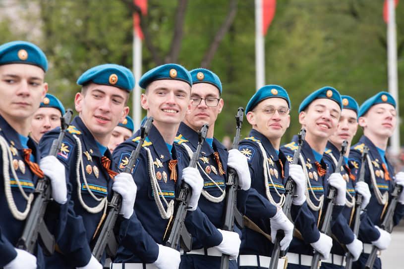 Парадный расчет курсантов Военно-воздушной академии на параде Победы в Воронеже