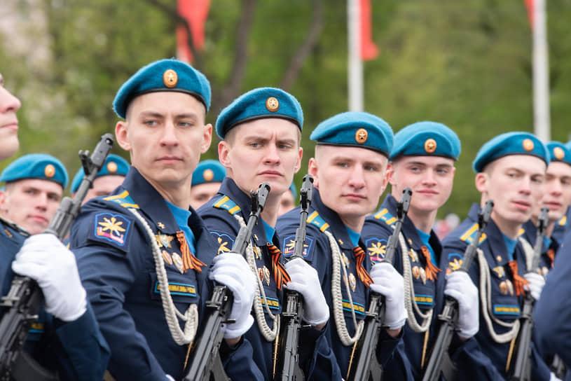 Курсанты Военно-воздушной академии на параде Победы в Воронеже