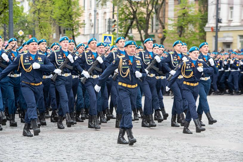 Традиционно в воронежском параде не принял участие начальник Военно-воздушной академии Геннадий Зибров — он командует расчетом академии на параде Победы в Москве