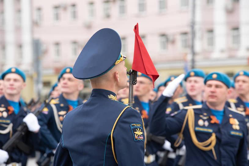 Прохождение одной из сводных рот Военно-воздушной академии на параде Победы в Воронеже