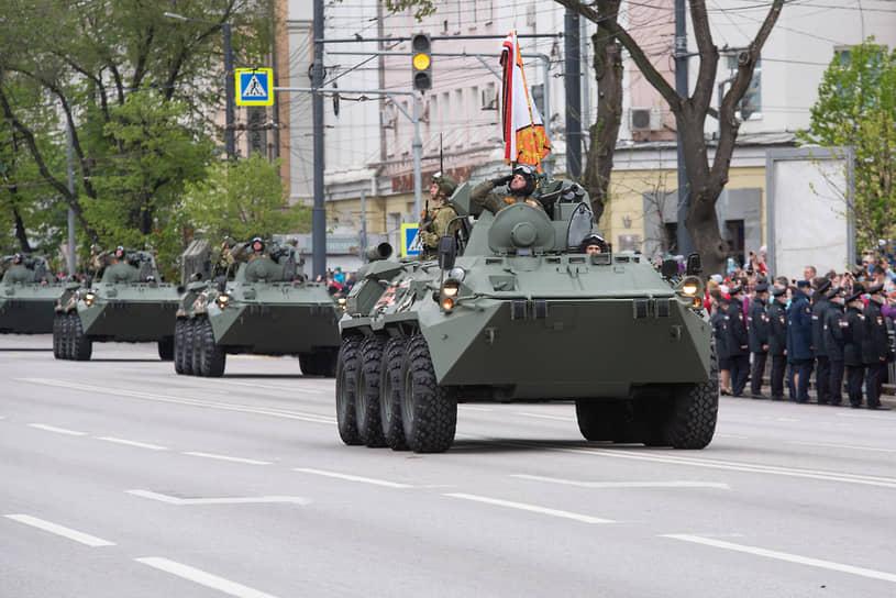 В 2021 году организаторы парада Победы в Воронеже решили не выводить на асфальт улицы Плехановской и площади Ленина гусеничную технику