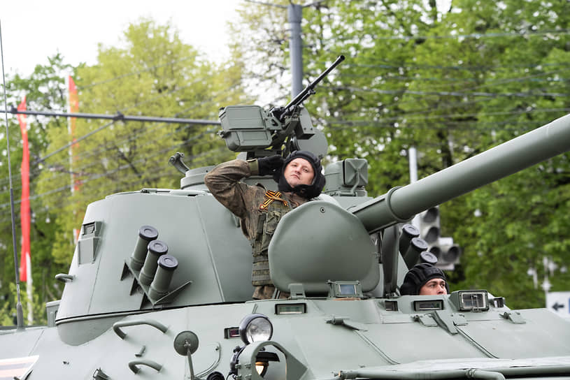 Военнослужащий расчета самоходного орудия «Нона», проходящего по площади Ленина