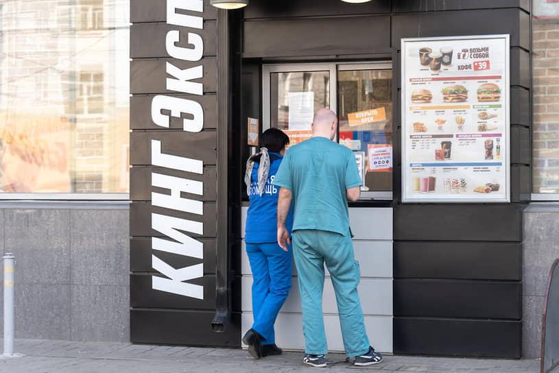 Апрель 2020 года. Врачи бригады скорой медицинской помощи ждут у окна выдачи заказов ресторана Burger King бесплатные обеды