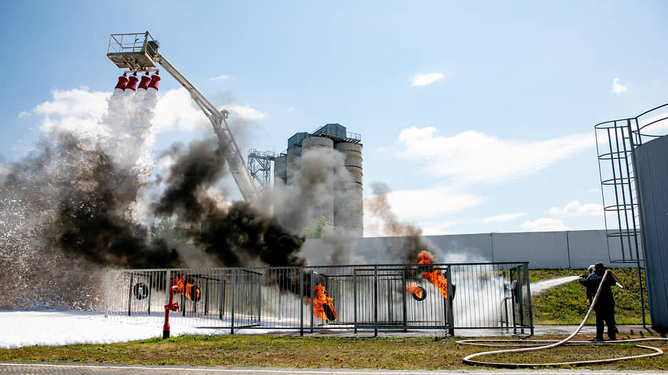По условиям учений, на территории НВ АЭС также произошло условное возгорание.