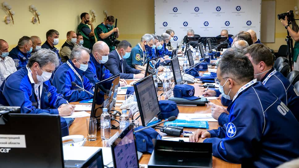 Параллельно персонал АЭС отрабатывал аварию на полномасштабных тренажерах-имитаторах, а руководители следили за ситуацией на оперативном штабе.