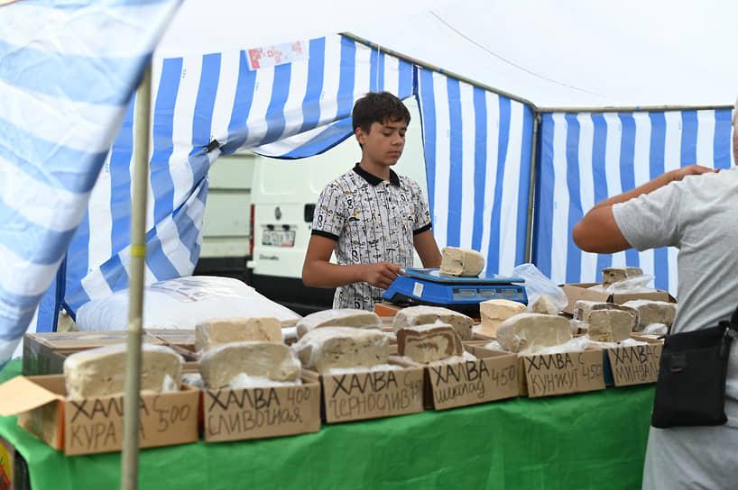 На подходе к шатрам ярмарки гостей традиционно встречали палатки с халвой, специями, медом и пуховыми платками, на некоторых лотках предлагали приобрести многоразовые маски
