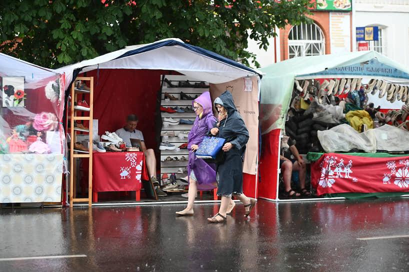 Примерно за полчаса до торжественного открытия мероприятия в местечке Свобода прошел сильный дождь
