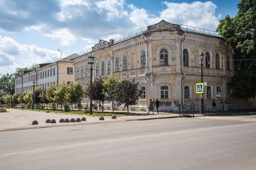 Острогожск. Здание бывшей городской управы и женской гимназии, в которой располагается Горожанский казачий кадетский корпус.