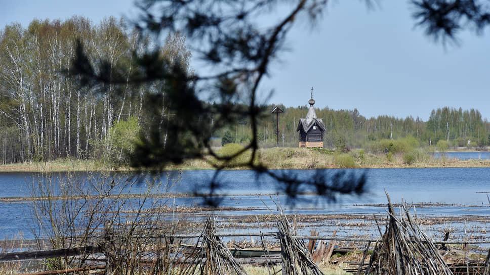 Вид на озеро и старую часовню.