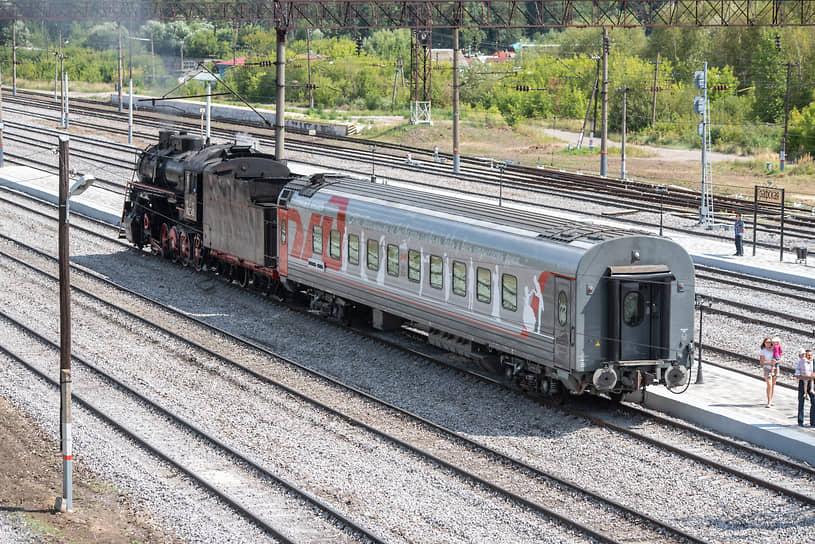 Пассажиры будут ехать в переделанном под стилистику XIX века плацкартном вагоне. Снаружи он украшен росписью