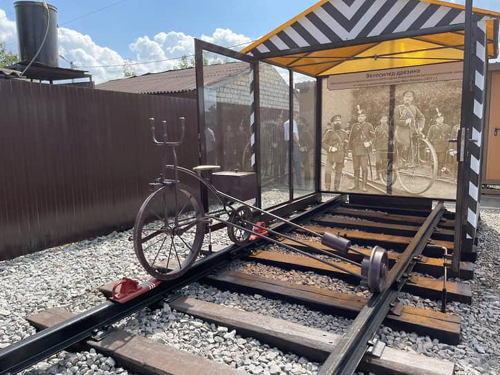 На станции Рамонь тоже много исторических объектов. На улице стоят велосипедная дрезина (на фото) и восстановленный пассажирский вагон начала ХХ века