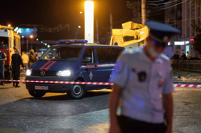 Около места происшествия собралось несколько сотен горожан, которые пререкались с полицейскими в оцеплении, пытаясь подойти ближе к остову автобуса