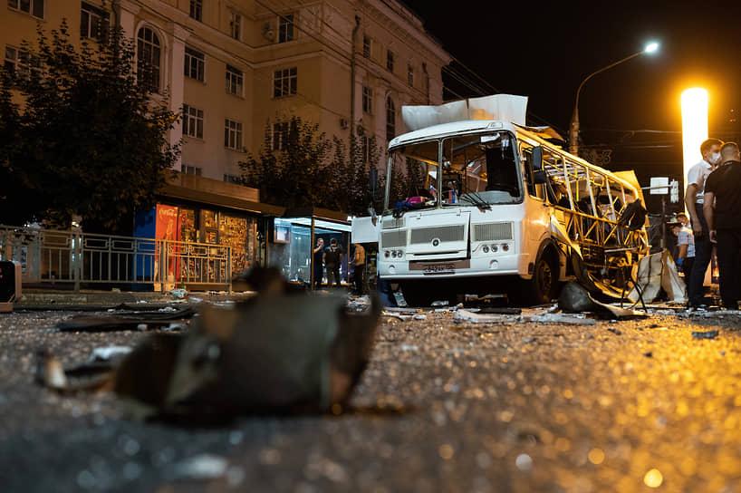 В момент трагедии в автобус заходили люди. По словам очевидцев, взрыв был очень громким