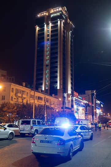 Экстренные службы оперативно оцепили перекресток, на месте работали два десятка экипажей полиции, Росгвардии и ДПС, два пожарных расчета, три кареты скорой помощи и взрывотехники ФСБ