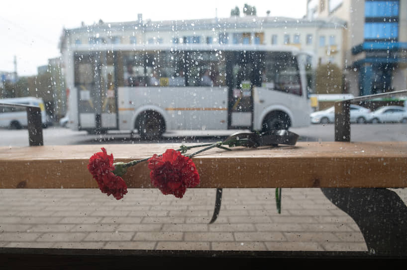 Утром 13 августа к месту трагедии воронежцы начали приносить цветы