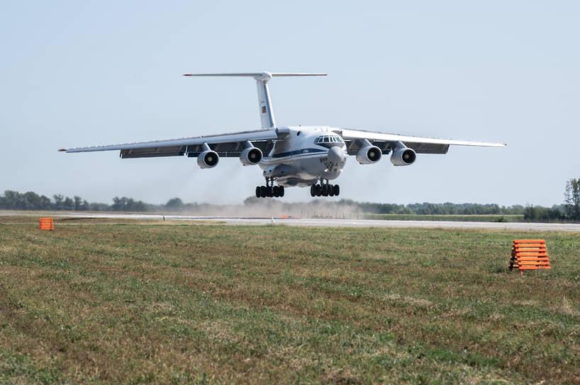Последним на аэродромный участок дороги садится тяжелый военно-транспортный Ил-76МД. Он может доставить на полевой аэродром автомобили, необходимое имущество и запас авиационных боеприпасов