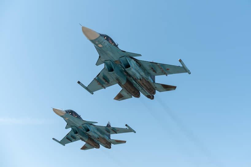 После прибытия передовых частей на аэродромный участок дороги перелетела основная ударная сила полка — бомбардировщики Су-34