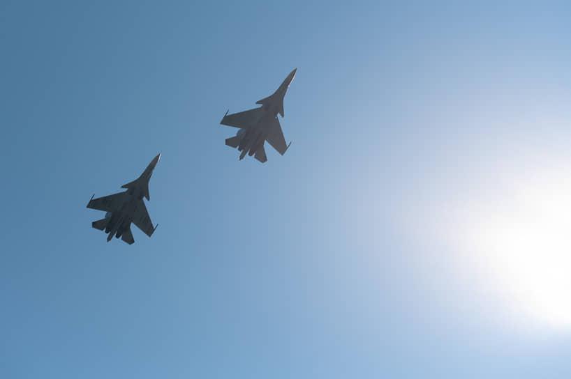 Все действия на дороге и в небе прикрывало звено истребителей Су-30СМ курского авиаполка