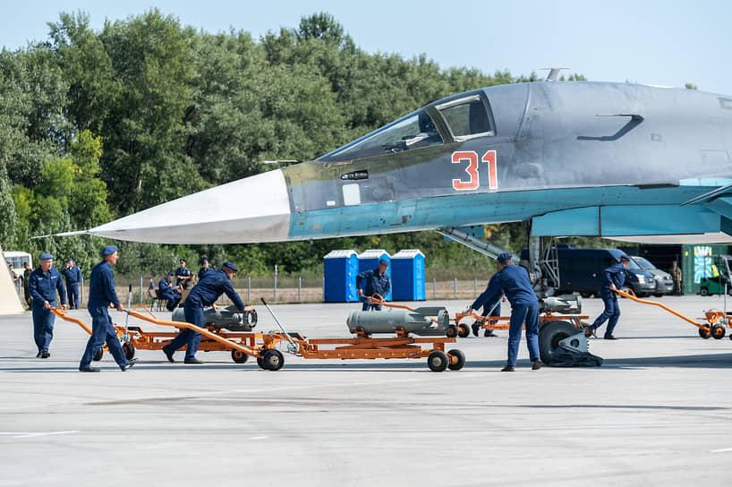 Сразу после посадки на бомбардировщик подвешивают новые средства поражения. На фото — подвеска осколочно-фугасных 266-килограммовых авиабомб ОФАБ-250-270