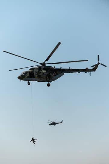 По легенде учений один из летчиков после условного катапультирования оказался на территории противника. На его эвакуацию выдвинулся транспортный вертолет Ми-8МТВ под прикрытием транспортно-боевого Ми-35