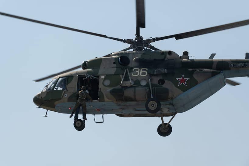 После обнаружения летчика на земле и взаимного опознавания к нему на спусковом устройстве с высоты 30 метров отправляется специалист поисково-спасательной службы