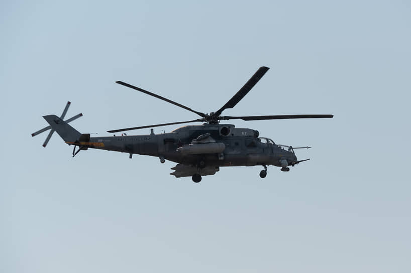 Пока транспортный вертолет занят эвакуацией, боевой Ми-35 прикрывает его работу