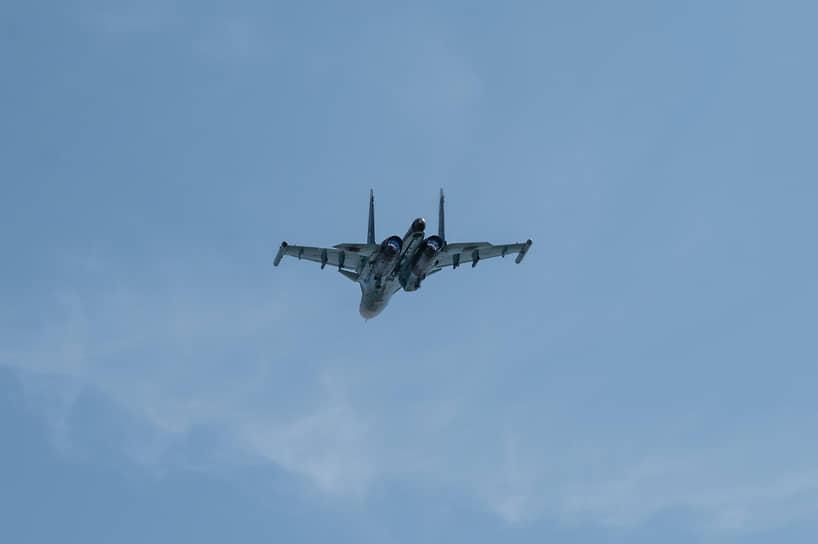 В ходе учений бомбардировщики Су-34 проходят над трассой на высоте 50 метров. На такой высоте снижается эффективность систем ПВО противника