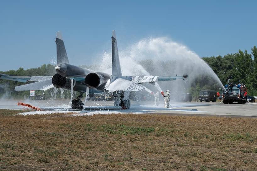 Еще один эпизод учений — тушение условно загоревшегося на стоянке бомбардировщика Су-34. Для этого военные пожарные расчеты используют аэродромный пожарный автомобиль «Пантера»