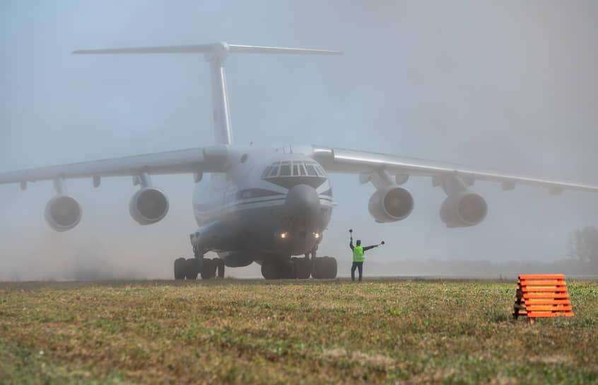 Несмотря на относительно небольшую ширину «шоссейной» взлетной полосы — около 30 метров, тяжелый Ил-76 может полностью развернуться на ней